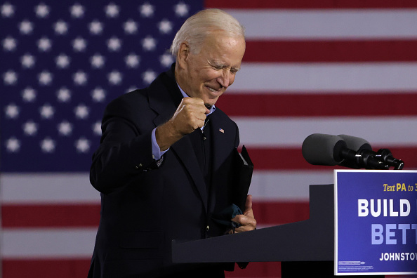 Smiling「Democratic Presidential Nominee Joe Biden Holds Train Campaign Tour Of OH And PA」:写真・画像(19)[壁紙.com]