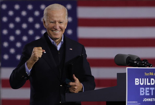 Smiling「Democratic Presidential Nominee Joe Biden Holds Train Campaign Tour Of OH And PA」:写真・画像(3)[壁紙.com]