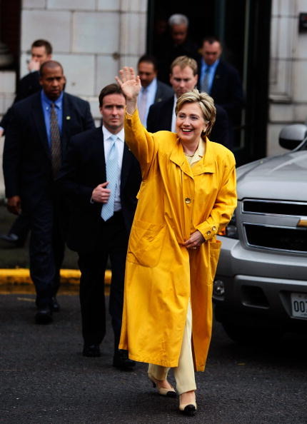 Raincoat「Hillary Clinton Campaigns For Upcoming Primaries」:写真・画像(2)[壁紙.com]