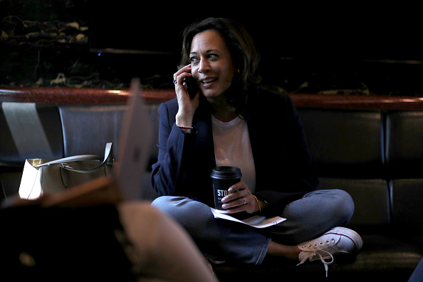 話す「Presidential Candidate Kamala Harris Takes Campaign Bus Trip Across Iowa」:写真・画像(8)[壁紙.com]