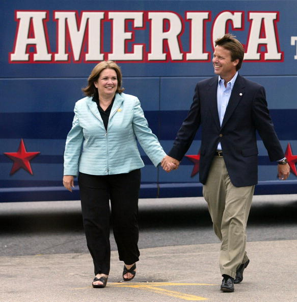 Shadow「Kerry And Edwards Kick Off The Believe In America Bus And Train Tour」:写真・画像(17)[壁紙.com]