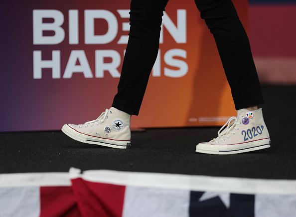 靴「Democratic VP Candidate Kamala Harris Campaigns In South Florida」:写真・画像(3)[壁紙.com]