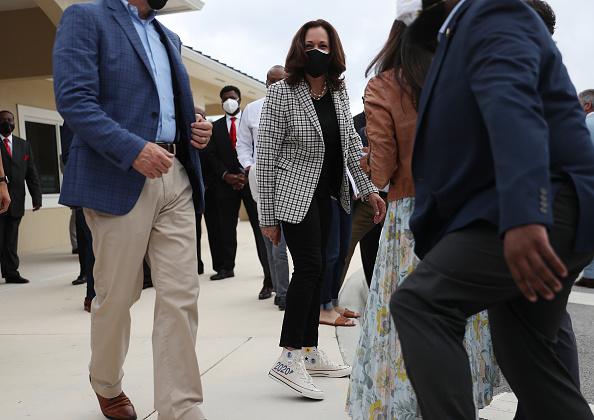 靴「Democratic VP Candidate Kamala Harris Campaigns In South Florida」:写真・画像(1)[壁紙.com]