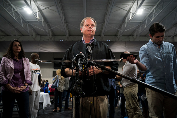 Drew Angerer「Democratic Senate Candidate Doug Jones Campaigns In Alabama」:写真・画像(14)[壁紙.com]