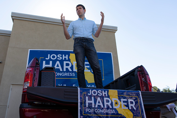 Three Quarter Length「CA Congressional Candidate Josh Harder Campaigns One Day Before Midterm Elections」:写真・画像(12)[壁紙.com]