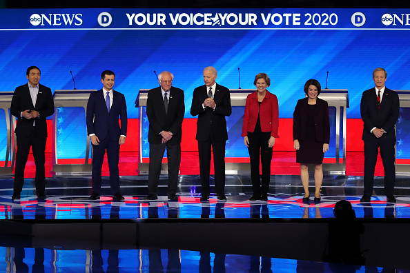 Debate「Democratic Presidential Candidates Debate In New Hampshire Ahead Of First Primary Contest」:写真・画像(17)[壁紙.com]