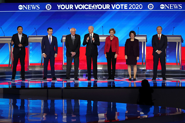 Debate「Democratic Presidential Candidates Debate In New Hampshire Ahead Of First Primary Contest」:写真・画像(16)[壁紙.com]