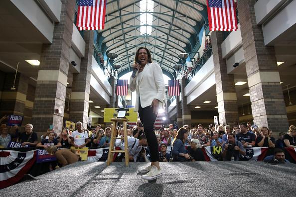 Converse「Presidential Candidate Kamala Harris Takes Campaign Bus Trip Across Iowa」:写真・画像(18)[壁紙.com]
