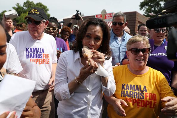 Des Moines - Iowa「Presidential Candidate Kamala Harris Takes Campaign Bus Trip Across Iowa」:写真・画像(17)[壁紙.com]