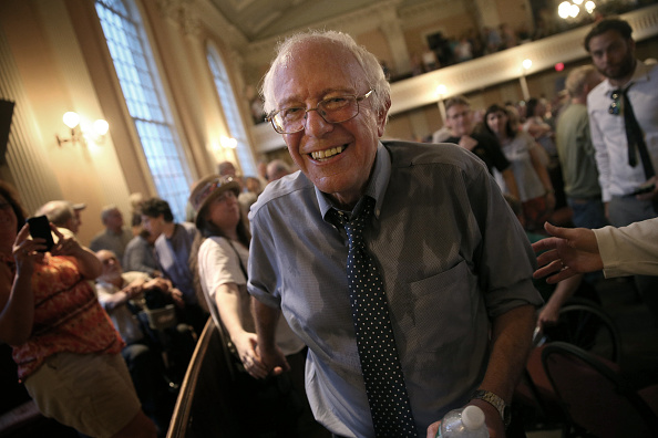 Smiling「Bernie Sanders Hits Campaign Trail In New Hampshire」:写真・画像(9)[壁紙.com]