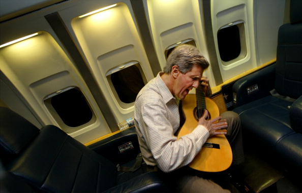 2004「John Kerry Plays His Guitar」:写真・画像(10)[壁紙.com]