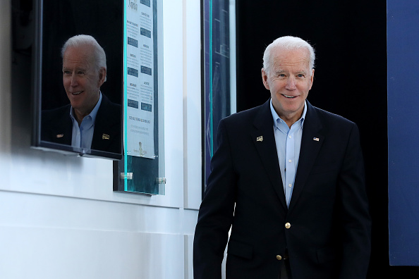 Smiling「Democratic Presidential Candidate Joe Biden Campaigns In Iowa」:写真・画像(2)[壁紙.com]