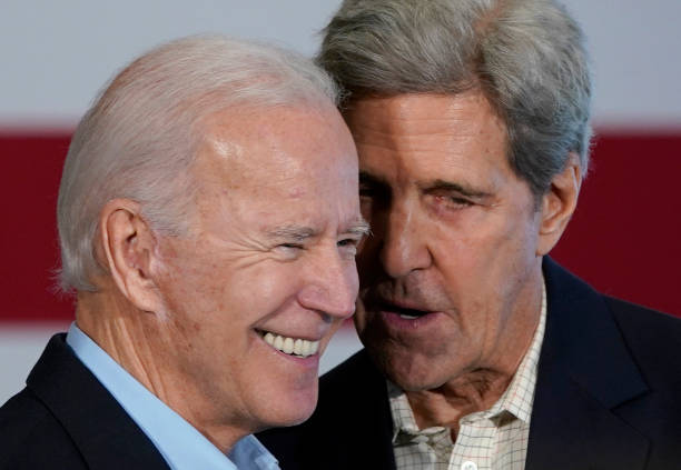 John Kerry Joins Democratic Presidential Candidate Joe Biden On The Campaign Trail In Iowa:ニュース(壁紙.com)