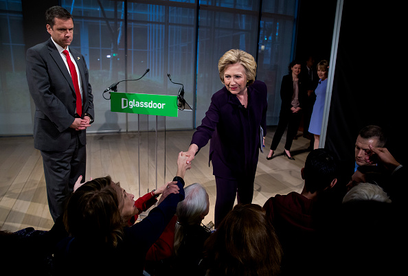 Paying「Democratic Presidential Candidate Hillary Clinton Attends Roundtable On Pay Equality In New York」:写真・画像(6)[壁紙.com]