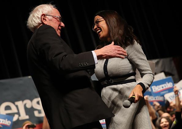 Alexandria Ocasio-Cortez「Bernie Sanders Campaigns in Iowa Ahead of Caucus」:写真・画像(14)[壁紙.com]
