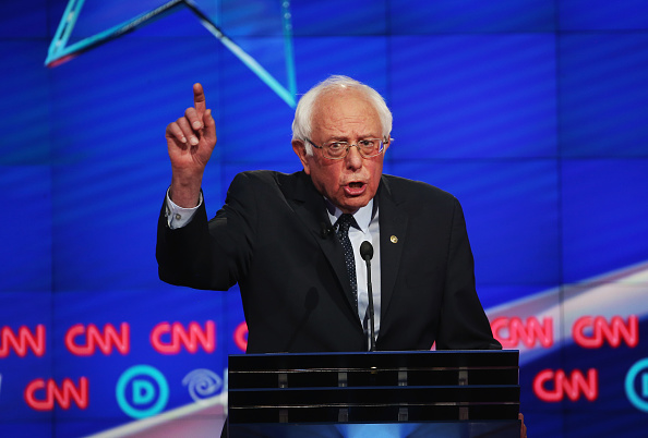 Debate「Hillary Clinton And Bernie Sanders Spar At Democratic Debate In Brooklyn」:写真・画像(12)[壁紙.com]