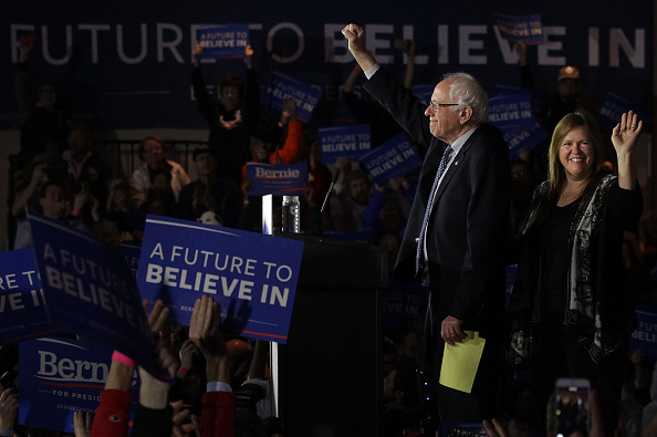 Alex Wong「Democratic Presidential Candidate Bernie Sanders Holds Iowa Caucus Night Gathering」:写真・画像(0)[壁紙.com]