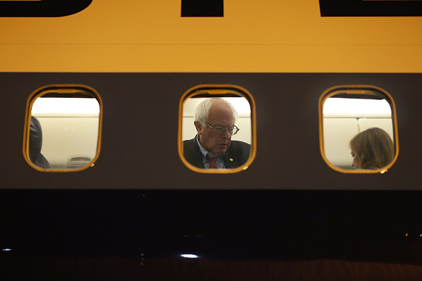 Airplane「Democratic Presidential Candidate Bernie Sanders Campaigns In Nevada Ahead Of State's Caucus」:写真・画像(19)[壁紙.com]