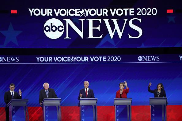 Win McNamee「Democratic Presidential Candidates Participate In Third Debate In Houston」:写真・画像(5)[壁紙.com]