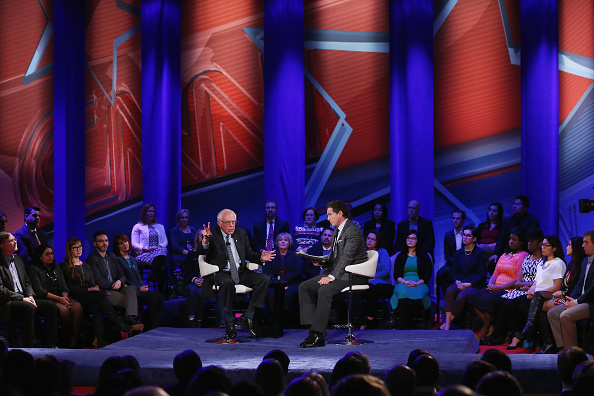 Town Hall「Democratic Presidential Candidates Participate In Town Hall Meeting In Iowa」:写真・画像(3)[壁紙.com]