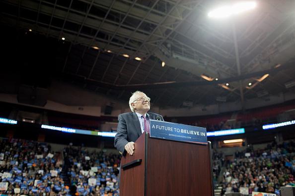 Matt Mills McKnight「Democratic Presidential Candidate Bernie Sanders Campaigns In Seattle, Washington」:写真・画像(17)[壁紙.com]