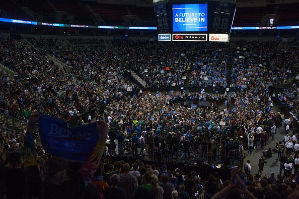 Matt Mills McKnight「Democratic Presidential Candidate Bernie Sanders Campaigns In Seattle, Washington」:写真・画像(12)[壁紙.com]