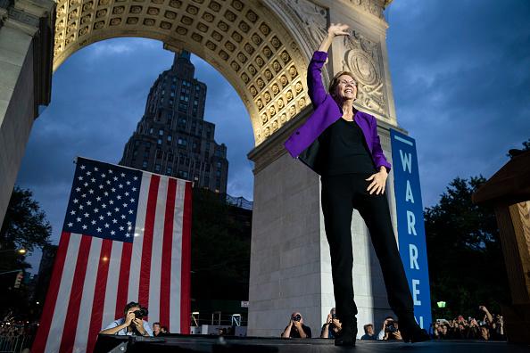 Washington Square Park「Elizabeth Warren Delivers Campaign Speech in NYC's Washington Square Park」:写真・画像(16)[壁紙.com]