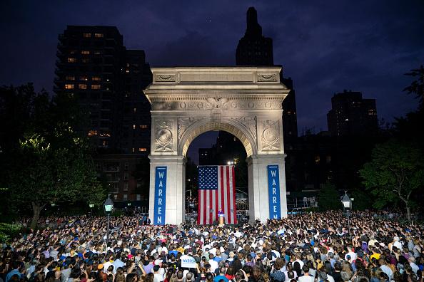 Washington Square Park「Elizabeth Warren Delivers Campaign Speech in NYC's Washington Square Park」:写真・画像(4)[壁紙.com]