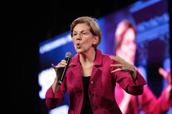 Politics and Government「Presidential Candidate Elizabeth Warren Meets With Voters Ahead Of NH Primary」:写真・画像(18)[壁紙.com]