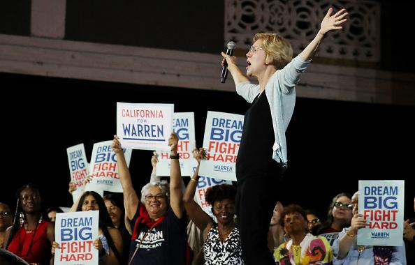 Crowd「Presidential Candidate Elizabeth Warren Holds Town Hall In Los Angeles」:写真・画像(10)[壁紙.com]