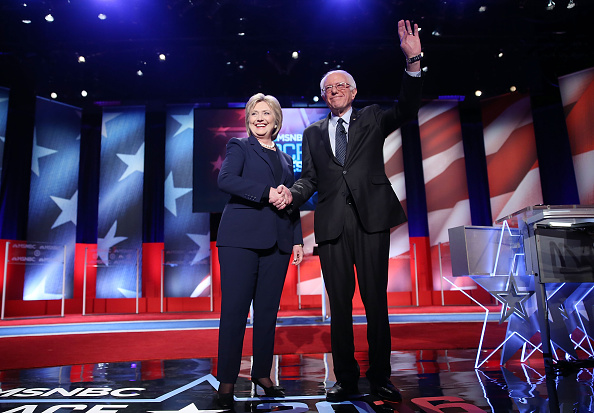 全身「Democratic Presidential Candidates Hillary Clinton And Bernie Sanders Debate In Durham, New Hampshire」:写真・画像(14)[壁紙.com]