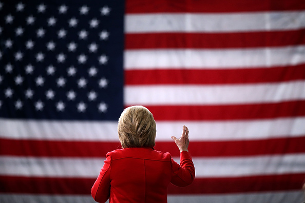 後ろ姿「Democratic Presidential Candidate Hillary Clinton Campaigns Throughout Iowa Ahead Of State's Caucus」:写真・画像(19)[壁紙.com]