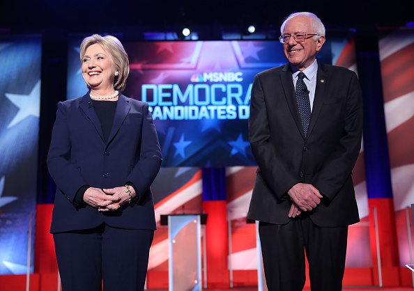 Two People「Democratic Presidential Candidates Hillary Clinton And Bernie Sanders Debate In Durham, New Hampshire」:写真・画像(19)[壁紙.com]