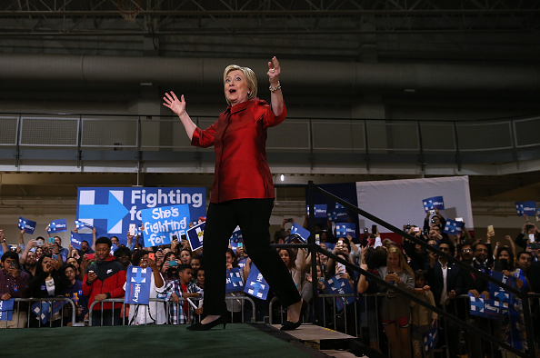 全身「Hillary Clinton Holds Get Out The Vote Rally In Houston, Texas」:写真・画像(14)[壁紙.com]