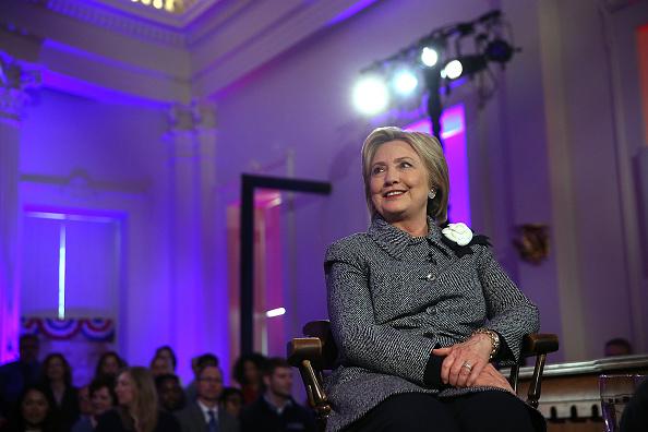 1人「Hillary Clinton Campaigns In Illinois And North Carolina」:写真・画像(4)[壁紙.com]