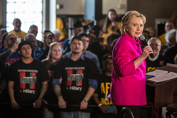 Politics and Government「Hillary Clinton Campaigns Iowa As State's Caucus Approaches」:写真・画像(13)[壁紙.com]