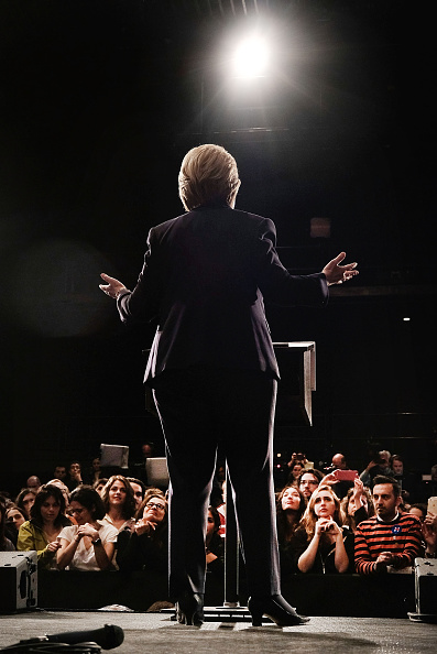 後ろ姿「Hillary Clinton Holds Campaign Event In New York」:写真・画像(13)[壁紙.com]