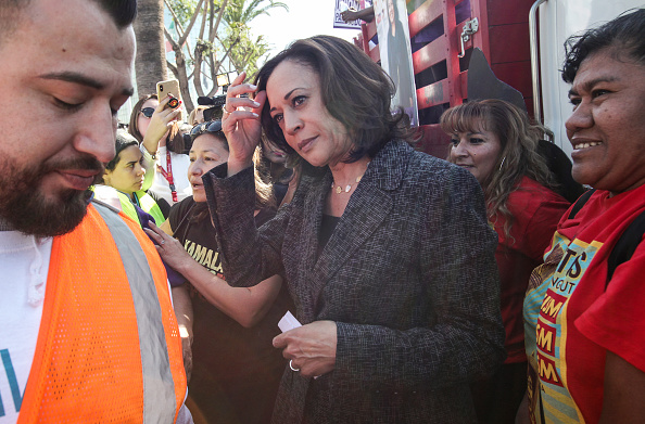 LAX Airport「Presidential Candidate Kamala Harris Joins Pro-Union March Through Los Angeles Airport」:写真・画像(12)[壁紙.com]