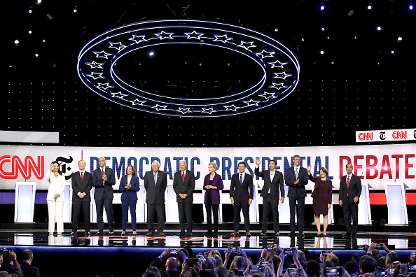 Win McNamee「Democratic Presidential Candidates Participate In Fourth Debate In Ohio」:写真・画像(14)[壁紙.com]