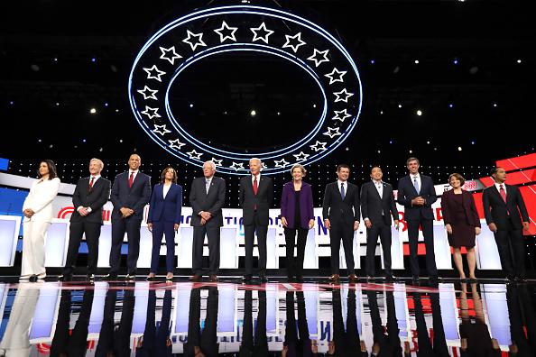 Debate「Democratic Presidential Candidates Participate In Fourth Debate In Ohio」:写真・画像(6)[壁紙.com]