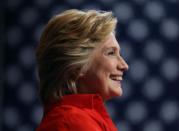 笑顔「Hillary Clinton And Tim Kaine Take Campaign Bus Tour Through Pennsylvania And Ohio」:写真・画像(10)[壁紙.com]