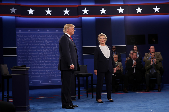 全身「Candidates Hillary Clinton And Donald Trump Hold Second Presidential Debate At Washington University」:写真・画像(8)[壁紙.com]