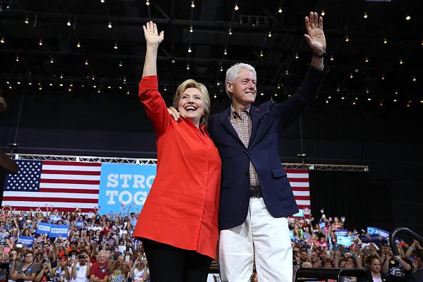 Hillary Clinton「Hillary Clinton And Tim Kaine Take Campaign Bus Tour Through Pennsylvania And Ohio」:写真・画像(12)[壁紙.com]