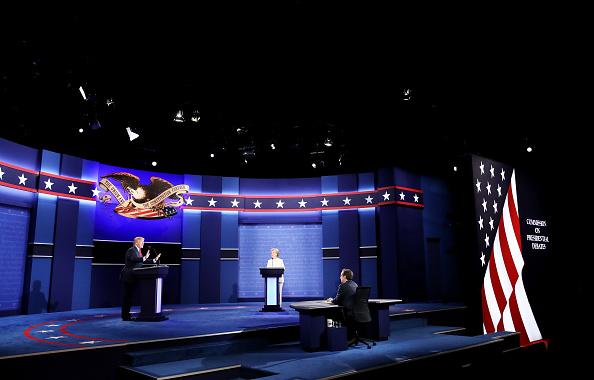 Three People「Final Presidential Debate Between Hillary Clinton And Donald Trump Held In Las Vegas」:写真・画像(18)[壁紙.com]