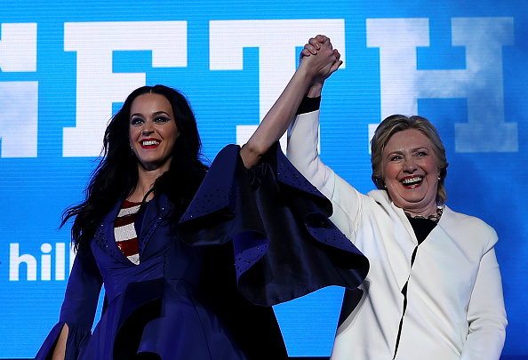 US Democratic Party 2016 Presidential Candidate「Hillary Clinton Campaigns In Crucial States Ahead Of Tuesday's Presidential Election」:写真・画像(8)[壁紙.com]