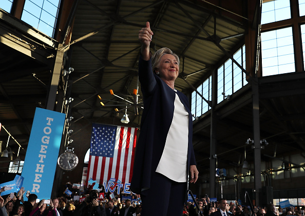 膝から上の構図「Hillary Clinton Campaigns In Key Swing States」:写真・画像(12)[壁紙.com]