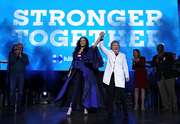 US Democratic Party 2016 Presidential Candidate「Hillary Clinton Campaigns In Crucial States Ahead Of Tuesday's Presidential Election」:写真・画像(6)[壁紙.com]