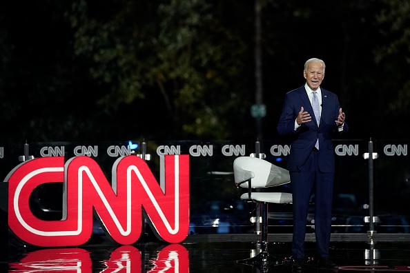 全身「Presidential Candidate Joe Biden Participates In CNN Town Hall」:写真・画像(12)[壁紙.com]