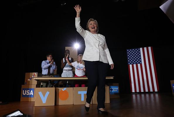 全身「Hillary Clinton Campaigns Across Florida, Encourages Early Voting」:写真・画像(16)[壁紙.com]