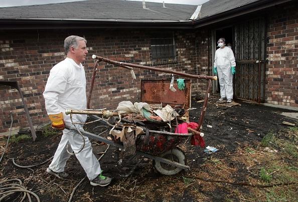 Volunteer「Howard Dean Volunteers For Ninth Ward Clean-Up」:写真・画像(5)[壁紙.com]